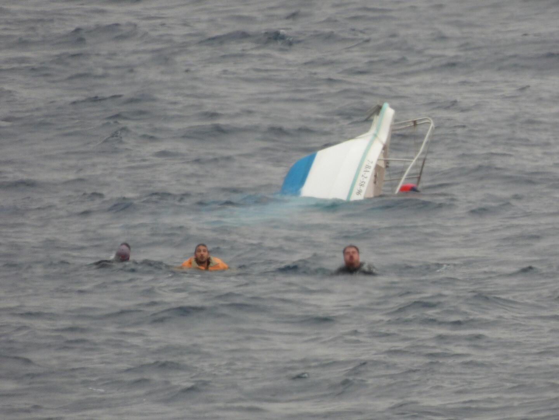 """El buque auxiliar """"Las Palmas"""" rescata a 3 personas frente a las costas de Mazarrón"""
