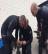 Mergulhadores em ação devido a engenho explosivo apanhado em rede de pesca por arrastão